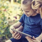Madre e hijo con tableta electrónica